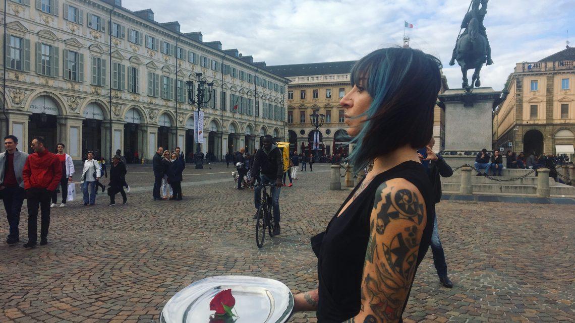 UNA ROSA PER TORINO | La performance di Manuela Maroli in piazza San Carlo